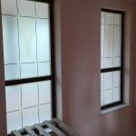 Облепяне на витрина с печатано пясъкоструйно фолио
